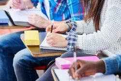 Studenten im Seminar lernen und schreiben aufmerksam mit